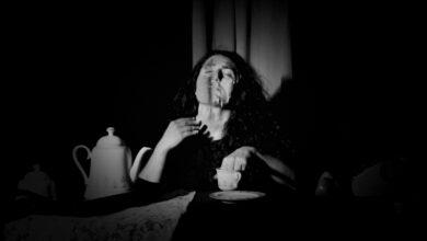 """Photo of """"Dissolversi"""" per sentirsi meno soli: il sussurro di una generazione dissociata"""
